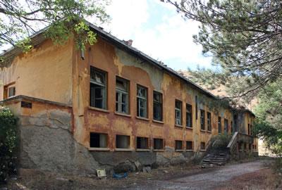 <p><strong>3a.</strong> Soldan sağa sırasıyla Hastane ve  Sinema yapıları<br />Ebru Omay Polat Arşivi,  2013</p>