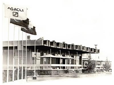 <p><strong>3a.</strong> Akaryakıt istasyonu ve lokantanın ilk yapıldığı  yıllardaki görünümü <br />   Kaynak:  agacliotel.com/Sayfalar.asp?dil=53&SiD=13</p>