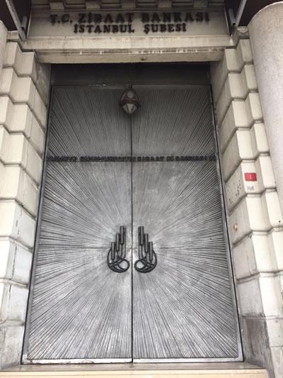 <p><strong>3b.</strong> Nezih Eldem tarafından tasarlanan Ziraat Bankası Karaköy  Şubesi ve Şadi Çalık imzalı kapı detayı</p>