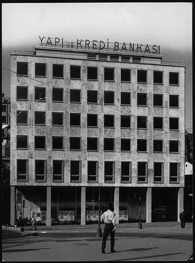<p><strong>3b. </strong>(solda) 1950 lerin sonundan bir kare,  (sağda) Paul Schmitthennerin yapısı<br /> Fotoğraf: Ara Güler<br /> Kaynak: Teğet Mimarlık</p>