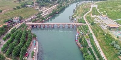"""<p><strong>3b. </strong>""""Diyarbakırda yoğun yağış ve Dicle  Barajındaki su tahliyesi sonucu Dicle Nehri, son 30 yılın en berrak görünümüne  kavuştu.""""<br />Kaynak: www.tigrishaber.com/dicle-masmavi-akiyor-56424h.htm"""