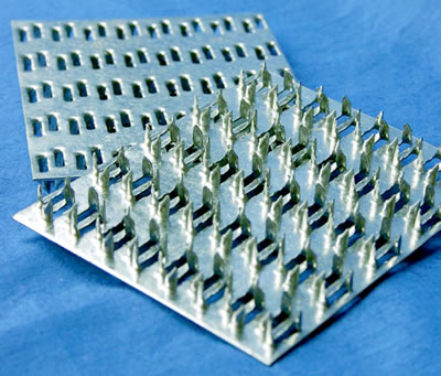 <p><strong>Şekil  3b.</strong> Ahşap kafes sistem çatılarda düzlemsel birleşim şekilleri ve birleşimlerde  kullanılan kendinden çivili metal plakalar.<br />Kaynak: URL2.</p>