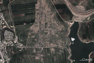 <p><strong>3b.</strong> Suriye'deki Epemiye (Apamea) tarihî  kentindeki yağmayı gösteren 2011 ve 2012 yılı Google Earth haritaları<strong></strong><br />  Kaynak: traffickingculture.org/data/looting-at-apamea-recorded-via-google-earth/</a></p>