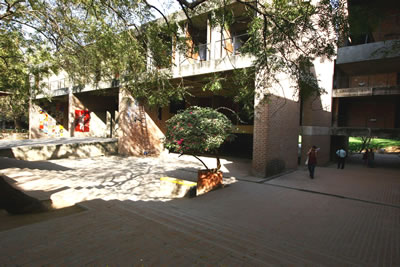 <p><strong>3c.</strong> Centre for  Environmental Planning & Technology, 1966–2012 (Aşamalı olarak), Ahmedabad,  Hindistan</p>