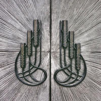 <p><strong>3c.</strong> Nezih Eldem tarafından tasarlanan Ziraat Bankası Karaköy  Şubesi ve Şadi Çalık imzalı kapı detayı</p>