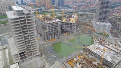 <p><strong>3c. </strong>Kentsel dönüşüm  alanlarındaki konut mimarlığının inşaat aşamaları ve kozmetik bina kabuklarının  kaplanması öncesinde gözlenen çıplak mimari (inşai) gerçeklik</p>