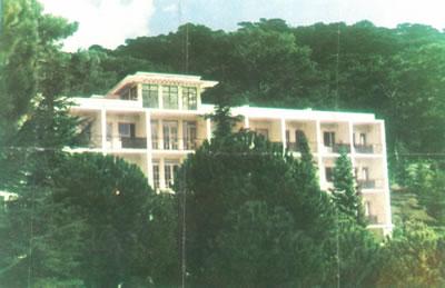 <p><strong>3e.</strong> Yamanlar Kampı'nın  1950'li yıllardaki görünümü, a. Gazino, b. tenis kortu, c. yüzme havuzu, d. hastalar  ve görevliler Atatürk'e saygı ve bağlılık duruşunda, e. sanatoryumunun  yapıldığı yıllardaki görünümü<br />Kaynak: <strong>Verem Savaş Derneği Faaliyet Kitabı</strong>,  s.20-26</p>