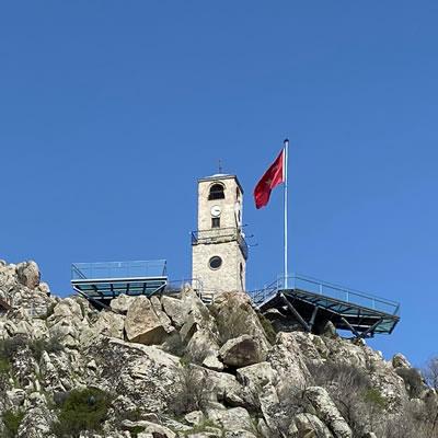 <p><strong>4.</strong> Saat Kulesinin bazası ve belirleyicisi  olarak 270° Sivrihisar<br /> Fotoğraf: Özgün Özçakır</p>