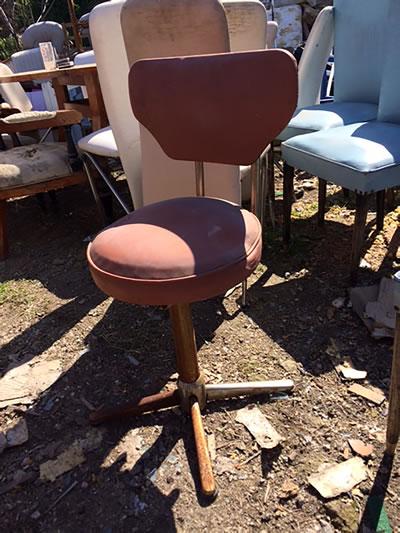 <p><strong>4. </strong>Alaçatı da bir  antikacıdan temin edilen 1970 li yıllara ait sandalyenin onarım öncesi görünümü</p>