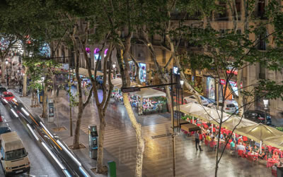 <p><strong>4.</strong> Oldukça geniş olan Barselonadaki La  Rambla Caddesinde araç geçişi mümkün kılınırken geniş bir aks yayaların  kullanımına ayrılmış durumda</p>