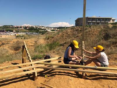 """<p><strong>4.</strong> Öğrencilerin süreci kendi yönlendirmeleri ile tasarlayıp inşa ettikleri proje  örneği olarak MEF Üniversitesi Tasarla ve Yap! 2018 """"Prana"""" projesi kolektif  yapım aşaması.<br />   Fotoğraf:  Cansu Çakarlı</p>"""
