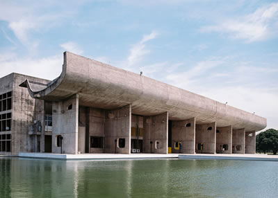 <p><strong>4.</strong> Chandigarh Meclis Sarayı, Hindistan,  Le Corbusier</p>