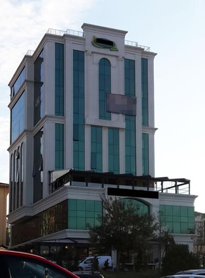 <p><strong>4.</strong> E5 üzeri İstanbul mimarisi: mavi  camlar, kemerler – bombeler, beyaz çerçeveler…</p>