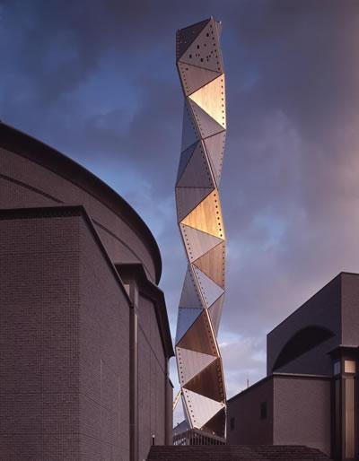 <p><strong>4.</strong> Mito Sanat Kulesi, 1986-1990,  Ibaraki, Japonya<br />   Fotoğraf: Yasuhiro  Ishimoto</p>