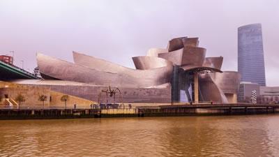 <p><strong>4.</strong> Guggenheim Bilbao Müzesi, F. Gehry,  Bilbao, 1991-1997. Yapı tasarım-üretim süreçleri ve kente olan etkileriyle  günümüz mimarlığı bağlamında önemli bir yere sahiptir. Gehrynin mimari projeye  ilişkin yaptığı eskizler üzerine üretilen birçok maket üç boyutlu mekanik ve  optik tarayıcılardan geçirilerek CATIA programına aktarılmış, bundan sonraki  mimari, mühendislik ve üretim aşamaları bu sayede çözümlenmiştir.<br />   Kaynak: guggenheim.org</p>