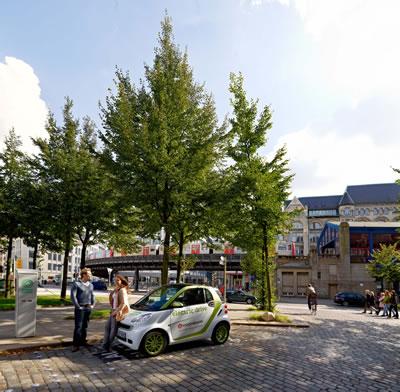 4. Hamburg'daki elektrikli arabalar ve şarj istasyonları (Kaynak: Roberto Hegeler, 2011)
