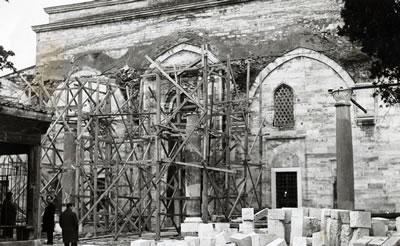 <p><strong>4.</strong> Son Cemaat Yeri Duvarı Üzerindeki Farklı  Çatı İzleri, 1965 Yılı Onarımı<br />   Kaynak: VGM Arşivi<strong></strong></p>