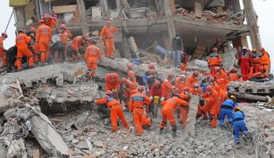 <p><strong>4.</strong> Van Depremi  sonrası arama kurtarma çalışmaları<br />   Kaynak:  IHH Humanitarian Relief Foundation, flickr.com</p>