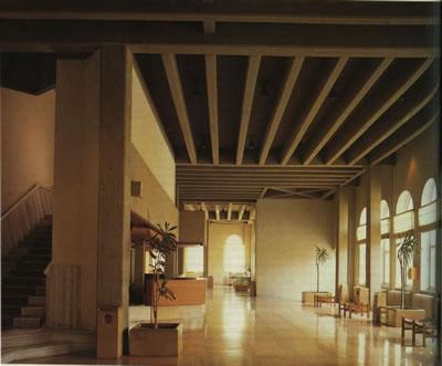 """<p><strong>4. </strong>Askeri Müze projesinin giriş holü<br />   Fotoğraflar:  Hadiye Cangökçe, Cem Çetin. Kaynak: Tanyeli, Uğur, 1991, """"Nezih Eldem'in Zor  Mimarlığı"""", <strong>Arredamento Dekorasyon</strong>,  s.94.</p>"""