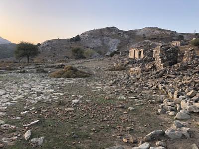 <p><strong>4. </strong>Yan yana bulunan dam  yapıları ve önlerindeki harman alanı<br />   Kaynak: Ayşe Ceren Güler</p>