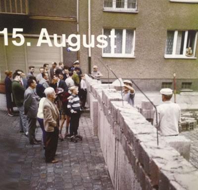 <p><strong>4.</strong> Berlin Duvarı inşa edilirken<br />   Kaynak: Berlin Duvarı Dokümantasyon Merkezi</p>