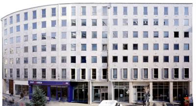 <p><strong>4.</strong> 2000 li yıllarda Yapı Kredi Bankası binası,  şu an yeniden yapılan soldaki bina ile aynı cephe düzenine sahip yenilenmemiş  ek bina<br />   Fotoğraf: Cemal Emden</p>