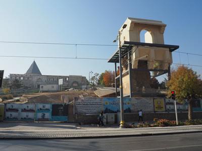 <p><strong>4.</strong> Köşkün üzerine inşa edilmekte olan  yeni yapı ve arkada Alaeddin Camisi, 2019<br />   Fotoğraf: Zeynep Eres </p>