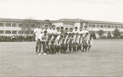 <p><strong>4.</strong> Tören ve müsabaka, 1965.<strong></strong><br />   Kaynak:  Akçadağ Anadolu Öğretmen Lisesi Arşivi<strong></strong></p>