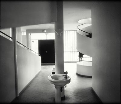 <p><strong>4.</strong> Le Corbusierin  Villa Savoye yapısının giriş holünde yer alan lavabo<strong> </strong></p>