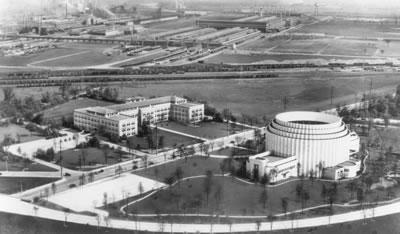 <p><strong>4.</strong> Rouge Yerleşkesi  yönetim binası ve rotunda yönünden üretim birimlerine bakış, 1936<br />   Kaynak: www.thehenryford.org/collections-and-research/digital-collections/artifact/44537/ [Erişim:  30.07.2019] </p>