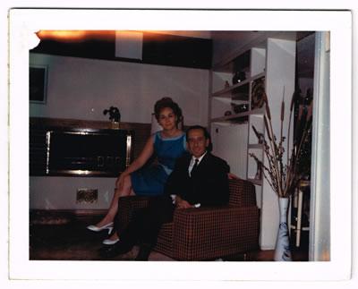 <p><strong>4. </strong>Perihan ve Nejat Ersin bir süre  oturdukları Cinnah 19 / 9 numaralı dairede<br />   Kaynak:  Mimarlar Derneği 1927 – Nejat Ersin Arşivi</p>