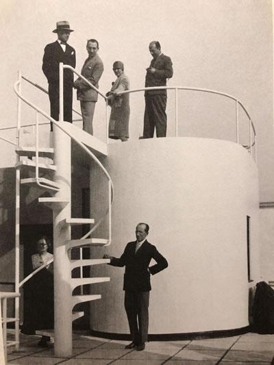 <p><strong>4.</strong> Le Corbusierye en ağır eleştirileri yöneltecek olan El  Lissitsky üstte soldan ikinci, Villa Stein-de Monzie, 1928, altta ortada Piet  Mondrian.</p>