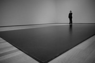 "<p><strong>4. </strong>""Beyaz Küp"" ün  deneyimi, Museum of Modern Art, New York, 2013. <br /> Kaynak: Magdalena Roeseler, lisans:  CC BY-NC-SA 2.0<br />https://search.creativecommons.org/photos/ee419a43-669c-480f-a4c4-d2d3ac722809"