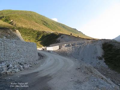 <p><strong>4.</strong> Yeşil Yol inşaatı, Kaçkar Dağları<br /> Fotoğraf: Oğuz Kurdoğlu</p>