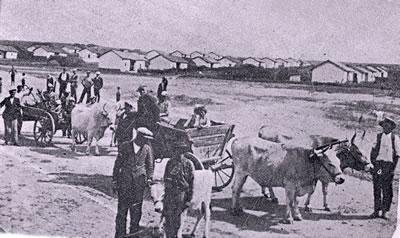 <p><strong>4.</strong> Tekirdağ'da yeni kurulan bir köy ve göçmenler, 1930'ların sonu<br />(Kaynak:  Tekirdağ Valiliği, 1938, s.48)</p>