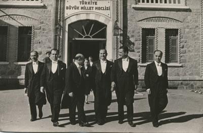 <p>1955'de TBMM'den  Cumhuriyet Bayramı kutlamasından protokola dâhil Türk yüksek Mimarlar Birliği  temsilcileri çıkarken</p>