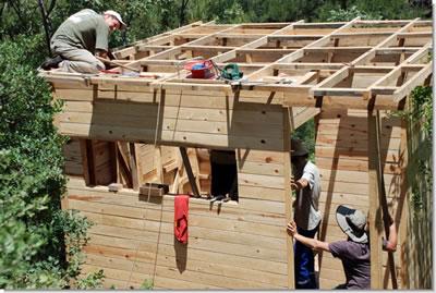 <p><strong>4.</strong> Marmariç'te bulunan ahşap bungalovların inşası  sırasında çekilmiş bir fotoğraf <br />Kaynak: www.marmaric.org