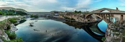 <p>Tarihi Malabadi Köprüsü'nün yanı başındaki baraj, Diyarbakır.</p>