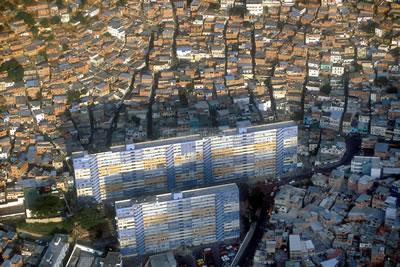 <p><strong>4.</strong> Bugün  dünyada şiddetin en yaygın görüldüğü kentlerden biri olan ve nüfusun üçte  birinden fazlası gecekondularda yaşayan Caracas'ın havadan görünüşü. <br />  Fotoğraf: Ramón Lepage /  Orinoquiaphoto</p>