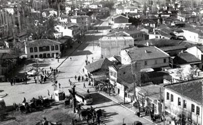 <p><strong>4.</strong> Denizli Delikliçınar  Meydanı ve çevresi, 1955<br />Kaynak: Stüdyo Cengiz</p>