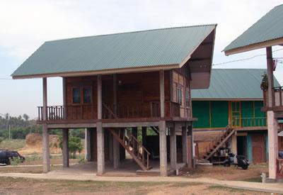 <strong>4.</strong> Uluslararası yardım kuruluşları için  müteahhitlerin inşa ettiği tsunamilare karşı yükseltilmiş prototip ev, Açe,  Endonezya</p>