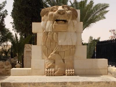 <p><strong>4. </strong>Kaçırılan tarihî eserlerin  yanı sıra arkeolojik alanlarda da tahribatlar meydana geliyor. Örneğin, Palmira  antik kentinde bulunan 2 bin yıllık aslan heykeli DAEŞ tarafından parçalandı.<strong></strong></p>