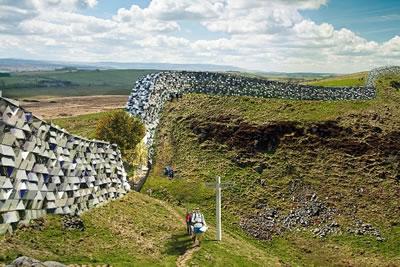 <p><strong>4.</strong> Hadrian Duvarı&rsquo;nın medyaya sızan görüntüsü<br />Kaynak: www.arkitera.com/haber/20535/ingiltere-ve-iskocya-arasina-yeniden-duvarlar-mi-oruluyor [Erişim: 21.02.2015]