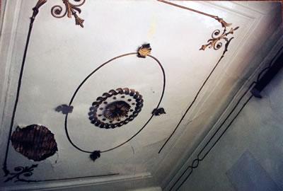 <p><strong>Resim  4.</strong> Hükümet Konağı iç mekân tavan süsü (restorasyon çalışması öncesi)<br />  Kaynak: Muğla Kültür Varlıklarını Koruma  Bölge Kurul Müdürlüğü</p>
