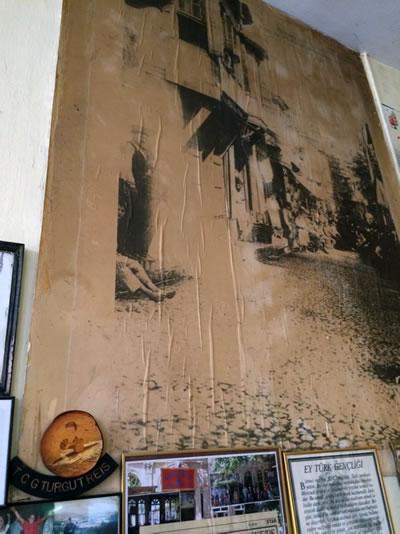 <p><strong>4.</strong> Kahvehane duvarını kaplayan bir  poster</p>