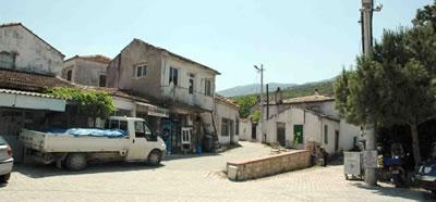 <p><strong> 4.</strong> Kösedere, köy meydanı<br />Fotoğraf:  Umut Devrim Genç, Nisan 2015</p>