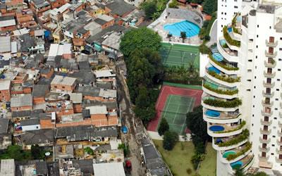<p><strong>4. </strong>Paraisópolis Favelalarının yanı başındaki Morumbi  bölgesindeki lüks konutlar, São Paulo, Brezilya, 2008.</p>