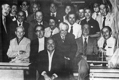<p><strong>4.</strong> Akademide bir  toplantı sonrası, 1976, (ikinci sıra sağdan üçüncü) Sedad Hakkı Eldem, (üçüncü  sıra sağdan ikinci) Maruf Önal<br />  Kaynak: 1985, <em>Prof. Ö.  Maruf Önal</em></p>