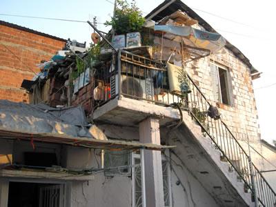 <p><strong>4.</strong> Ege Mahallesi, mevcut  konut dokusundan örnekler, 2015. <br />  Fotoğraf: Kıvanç Kılınç</p>