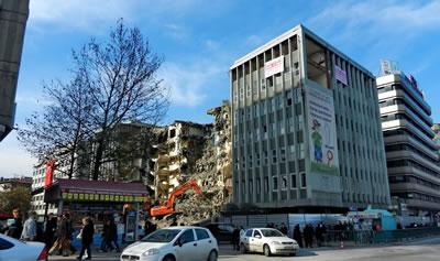 <p><strong>4. </strong>Etibank Genel  Müdürlüğü binası, Vedat Özsan, Toğrul Devres ve Yılmaz Tuncer<br />  Fotoğraf: Ahmet Soyak</p>